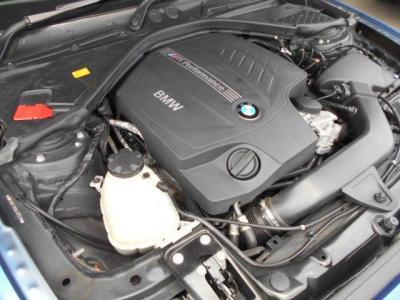 、通常のN55エンジンとは味付けが異なります。ターボチャージャーのブースト圧を通常のおよそ0.1〜0.15bar高め、ECUをM専用に変更し、冷却システムを強化、更にはエンジン内部のクランクシャフトは鍛造スチール製の素材に変更されています!