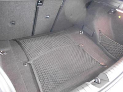 トランク容量はCセグメントクラスとしては十分な360リッターもありますので、毎日の買い物からちょっとした買い出しまで、小さく見えて意外とたくさん積めますよ。