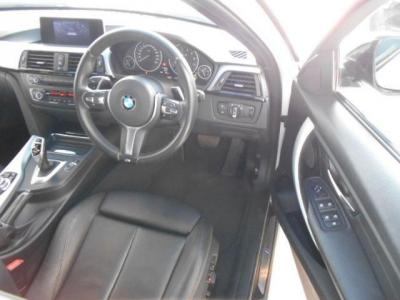 余裕のある運転席にはメモリー機能付きの電動スポーツシートが装着され、ホールド性も高くロングドライブでも疲れませんよ。サイドサポートも付いています。