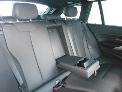 拡張されたボディサイズの恩恵を一番受けている後席は、前モデルよりもさらに広くなり5シリーズに近いくつろぎ空間が広がっています。 是非店頭にて座ってみてくださいね。