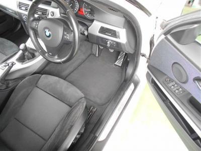 ホールド性の高いスポーツシートは、運転席がメモリー機能付きのパワーシート!!2パターンのシート/ドアミラーの位置ポジションを記憶させられます!!