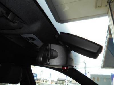 E90 320i後期型にはミラーと一体型の純正ETCは統一感バッチリです!!フロントガラスにはレインセンサーが内蔵されており、オートワイパー機能を標準装備しています!!