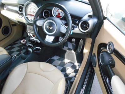 コンパクトボディですが座ってみると意外と狭さを感じない空間を持った運転席はいつまで乗っていても飽きの来ないデザインで他の車種には無いようなメーター等の配置になっています!