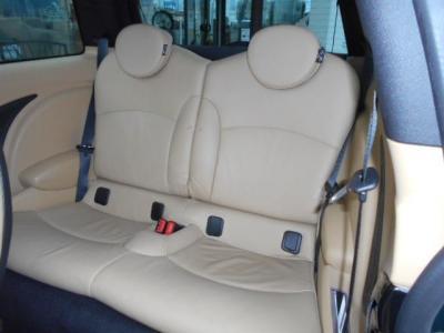 前席のわきにあるレバー1つでリクライニングが倒れ前に簡単にスライドして後席へのアプローチ。2ドアなので後席間口の狭さは否めませんが、中は天井も高くお子様を乗せるのに十分な空間が確保されています。