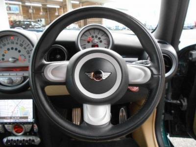 運転席にはデザイン性豊かな本革の3本スポークのステアリングがあり、使ってみるとグリップ感やスポークの角度、操作性も考慮されたものだと気づきます。この型から電動パワステになり取り回しが楽になっています