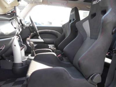 シートを最後尾まで下げれば足元も広々使える助手席。運転席と同様に窮屈という印象を与えないような空間作りがされています。