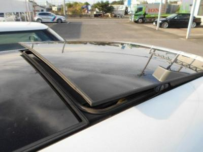 ミニには珍しいサンルーフ付きです!小さな車体に大きなガラスサンルーフで開放感がとてもあります!!