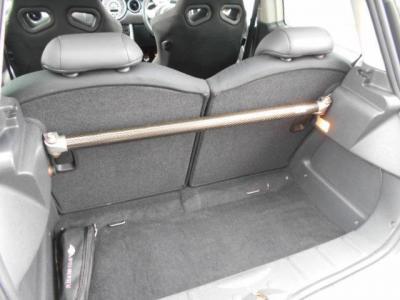 日頃の買い物であれば十分なスペースのラゲッジスペース。後席を倒してラゲッジスペースを拡張できるので、普段の買い物や旅行と用途に合わせて使い分けてください!トランクにもarc製タワーバーが装着!