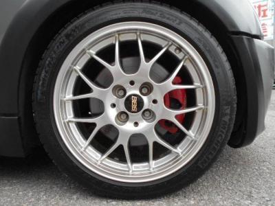 足元にはBBS製FORGED17インチのアルミが装着されていています。タイヤはミシュランのPS3が履かれていて、溝はFr6分山、Rr4分山程ありますのでまだまだ走行できそうです!!