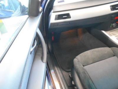 足元が余裕の助手席にもパワーシートを標準装備。ヨーロッパ車のシートは長時間のドライブでも疲れにくいですよ!!ダッシュボードにはドリンクホルダーが隠れており、使わない時はスッキリと収納も出来て便利です。