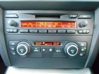 左右独立で温度調整可能なオートエアコンに自然な音質の純正MD/CDデッキを装備。