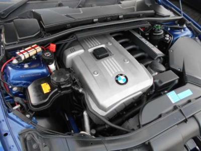 323iに搭載される2.5L直列6気筒DOHCエンジンは最大出力177ps、最大トルク23.5kg・mを発揮。シルキーシックスのスムーズな加速を堪能できます。