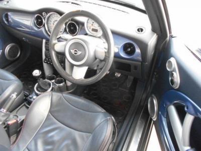 コンパクトボディですが座ってみる意外と狭さを感じない空間を持った運転席は、操作スイッチ類がコンパクトに集約されたレイアウトになっていますので、あのスイッチ何処だっけ?なんて迷うこともありませんよ!!
