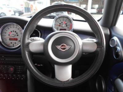 運転席にはデザイン性豊かな本革の3本スポークのステアリングがあり、使ってみるとグリップ感やスポークの角度など操作性も考慮されたものだと気づきます。