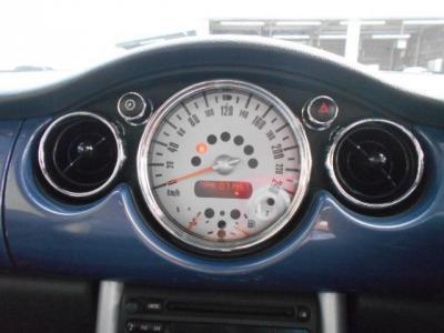 大きくて見やすいビッグスケールメーターはローバーミニを彷彿とさせるデザインで、現代の車両には無い独創的なデザインです!