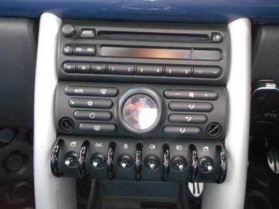 純正CDデッキにオートエアコン、そして中央に集められた各スイッチ類は実用性を兼ね備えたデザイン♪ 最下段のトグルスイッチはレトロ感もあっていいですよね!!