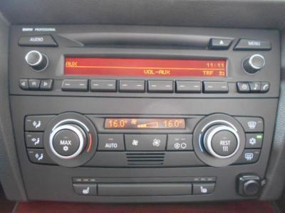 純正CDデッキはセンターコンソールにあるAUXで携帯電子プレーヤーと接続、音声を純正スピーカーに出力させることもできます!!左右独立で温度調節可能なオートエアコンも標準装備!!