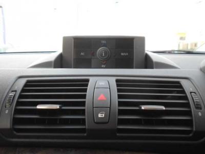 1シリーズにはほとんど装備の無いiDriveは自動可動式のONダッシュモニターになっています!走行中モニターが視界に入ってしまうようであれば、モニターを閉じる事も可能です!E/Gを切ると自動で閉じます!