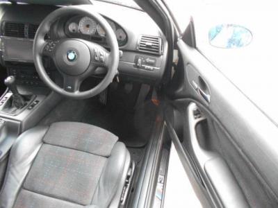 M3の走りを期待させるドライバーズシートは、まさにコックピットを彷彿させるデザインです。ホールド性の高いM3専用シートは、ハーフレザーになっており、高級感をプラスしながら、滑りづらく運転に集中できますよ。