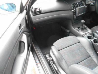 使用感の少ないパッセンジャーシートは足元ゆったりで運転席側同様にパワーシートになっています。