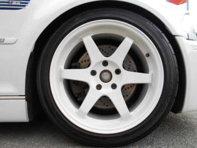 足元には定番とも言える18インチのREYS TE-37が装着されています!オリジナル塗装で車両と同色のアルピンホワイトに塗装されています!
