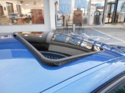 チルト機能付きガラスサンルーフを装備、フレッシュな空気と日差しを車内にやさしく取り込んでくれます。