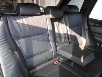 後部座席にも十分なスペースが確保されており、チャイルドシートを載せて大人が2人乗っても窮屈さは感じません!シートのバックレストも倒せてほぼフラットな状態で思い通りに使用する事も出来ます!
