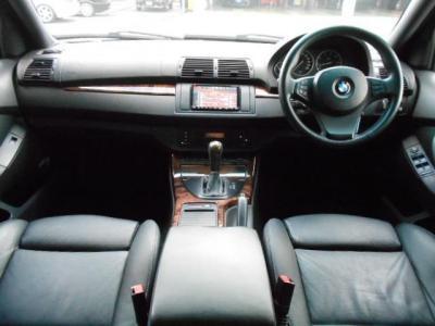 前席、後席ともに十分な広さで、ゆったりとくつろいで過ごせます。室内空間の広さで言えばBMWで一番と言っても過言ではありません!