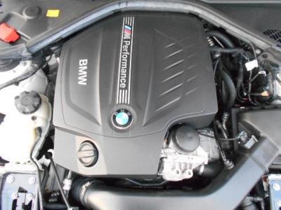 通常のN55エンジンとは味付けが異なります。ターボチャージャーのブースト圧を通常のおよそ0.1〜0.15bar高め、ECUをM専用に変更し、冷却システムを強化、更にはエンジン内部のクランクシャフトは鍛造スチール製に変