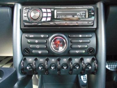 ALPINE製デッキにオートエアコン、そして中央に集められた各スイッチ類は実用性を兼ね備えたデザイン♪ 最下段のトグルスイッチはレトロ感もあっていいですよね!!