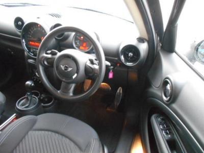 車内はあまり大きさを感じさせない空間を持った運転席は、操作スイッチ類がコンパクトに集約されたレイアウトになっていますので、あのスイッチ何処だっけ?なんて迷うこともありませんよ!!