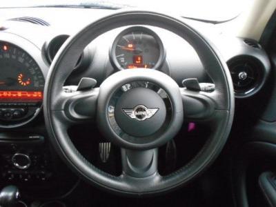 運転席にはデザイン性豊かな本革の3本スポークのステアリングがあり、使ってみるとグリップ感やスポークの角度、操作性も考慮されたものだと気づきます。電動パワステになり取り回しが楽になっています