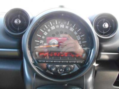 センタースピードメーターで大きく見やすいのであまり視線を前方から外さずに運転に集中できますね!