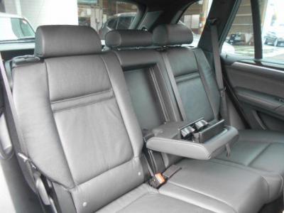 後部座席にも十分なスペースが確保されており、チャイルドシートを載せて大人が2人乗っても窮屈さは感じません!