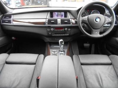 前席、後席ともに十分な広さで、ゆったりとくつろいで過ごせます。室内空間で言えばBMWで一番の広さと言っても過言ではありません。