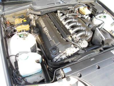 無段階VANOS機構が組み込まれたS50となる3.0L直列6気筒DOHC24バルブエンジンは、最大出力286ps/7000rpm、最大トルク32.7kgm/3600rpmを発揮。0-100km/hは僅か6秒という加速性能を誇ります。