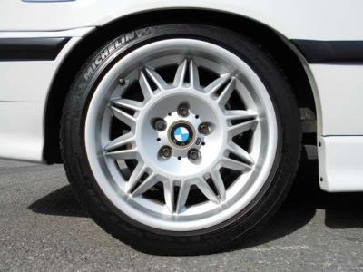 E36 M3専用の18インチアルミです。タイヤの溝は4分山程残っているのでまだまだ走行できそうです!