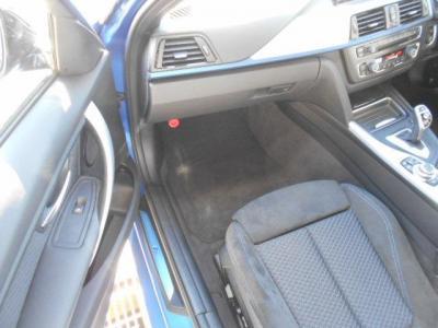 足元に余裕のある助手席にも運転席と同様のシートが装着され、助手席に一緒にいる同乗者もロングドライブでも疲れにくくなっています!室内が広くなっているので気にせず背もたれを倒せます!!