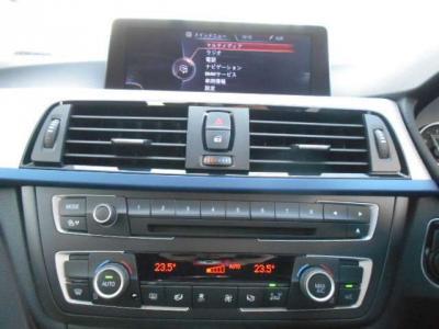 使い易くなったiDriveにナビ、CD/DVDのシングルデッキに左右独立で温度調整可能なオートエアコン。HDDナビ、ミュージックサーバー機能も兼ね備えています。