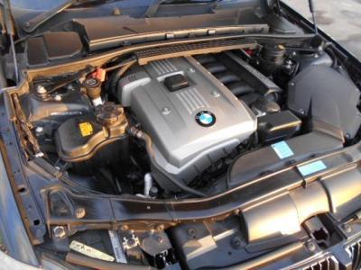 搭載される3.0L直列6気筒DOHCエンジンは258ps/30.6kg・m(カタログ値)を発揮し、シルキーシックスと謳われるトルクフルでスムーズな加速を満喫することができます!