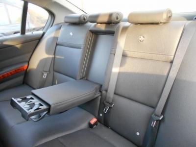 流石セダン!!間口の広い後部座席もアルピナロゴ付きで、足元空間も後輪駆動とは思えないくらい十分に確保され、ひじ掛けを倒せば後席用カップホルダーが使え、4人乗車であれば更にくつろげる空間になります!