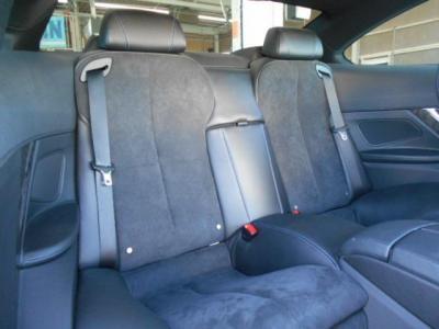 リアのシートはほとんど使用感は有りません。先代のE63系と比較すると75mm延長したホイールベースによりクーペとしては後席の快適性が向上しています!