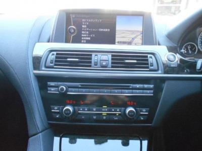 ドライバーが最も見やすいダッシュボード最上部に配置された10.2インチ高解像度ディスプレイには独立型フラット・スクリーンが採用されています。DVD/CDデッキ、A/Cパネルもまとまって装備されています。