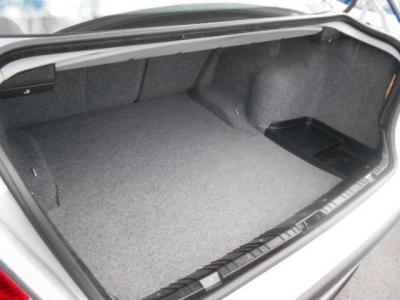 間口も広く必要十分なトランクスペースは440Lの容量。分割可倒式の後部座席を倒せば更に多くの荷物を収容できます!