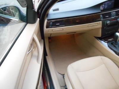 更に足元ゆったりの助手席にもパワーシート機能が装備され、無段階でリクライニング調整が行なえます。ダッシュボードにはプッシュ式で格納されるドリンクホルダーが収納されています。