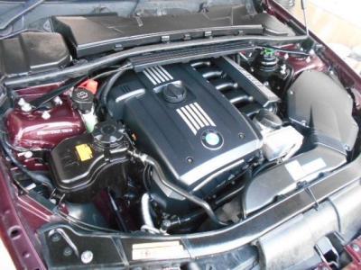 この車両に搭載される直列6気筒DOHCエンジンは、最大出力218ps/6500rpm、最大トルク25.5kg・m/2750〜4250rpmを発揮。ストレートシックスのスムーズな加速を楽しむことができます。