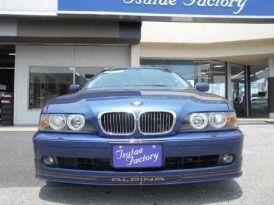 間口も広くアプローチし易い後席はBMW5シリーズの高級感漂わせる空間が広がります。ひじ掛けを倒して2座面で使用すればまさにビジネスクラスの快適性!!
