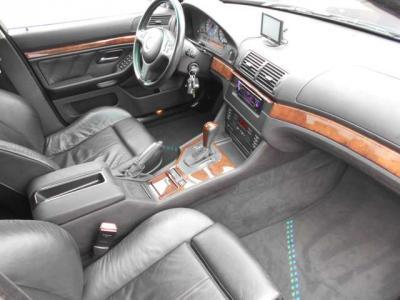 直列6気筒3.3リッター 出力285ps/6,200rpm トルク34.2kg・m/4,500rpmBMW 530iのエンジンがベースで製作されています。