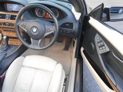 カブリオレの余裕ある運転席は本革の電動スポーツシート。カブリオレはシート一体型シートベルトが採用されてます。