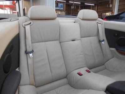 2座面の後席は本革シートのゆったり空間が広がります。幌を閉じた状態でもヘッドクリアランスは十分確保されています。後部座席に座る人も余裕なスペースでドライブを楽しめますね!